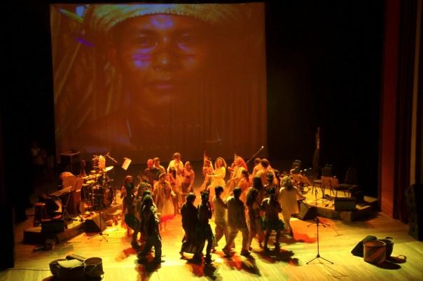 Índios Bayaroá se apresentam com a banda Mawaca no Teatro Amazonas, em MANAUS (foto: Eduardo Vessoni)
