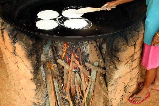 Preparação de tapioca em Acajatuba, comunidade ribeirinha a 60 km de Manaus |(foto: Eduardo Vessoni)