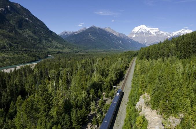 O The Canadian, o único trem regular da América do Norte a ser incluído na lista dos 25 Melhores Trens do Mundo, realiza viagem de 4 dias entre as costas leste e oeste do Canadá, entre Toronto e Vancouver (foto: Divulgação) www.viarail.ca