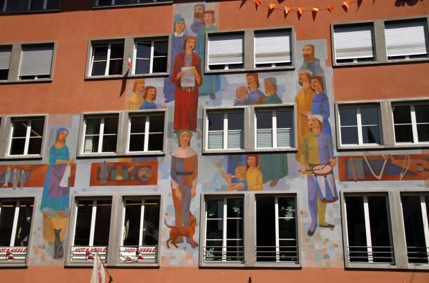 Fachada pintada por Hugo Bachmann, em 1956, na Weinmarkt, no centro histórico de Lucerna (foto: Eduardo Vessoni)