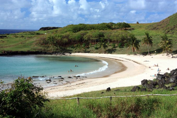 5) NADAR NO PACÍFICO: Uma das praias mais populares da Ilha de Páscoa é a Anakena, faixa de areia no norte da ilha marcada por águas tranquilas, a 18 km de Hanga Roa (foto: Eduardo Vessoni)