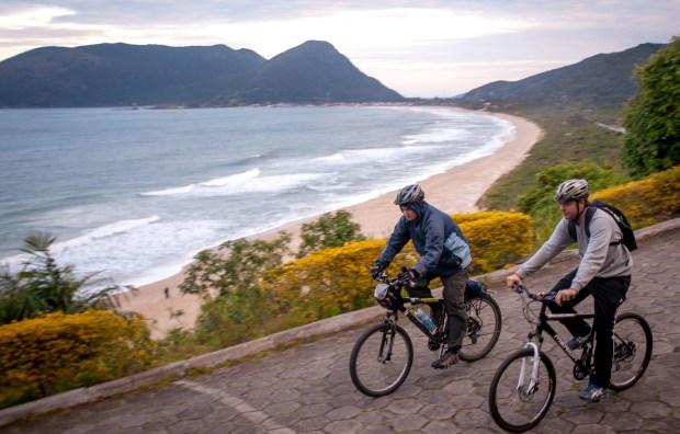 O roteiro de bicicleta ao redor de Florianópolis é exigente e pede disposição dos participantes. Afinal de contas são, em média, 44 km diários de pedal pelos quatro cantos da Ilha (foto: Caminhos do Sertão/Divulgação)