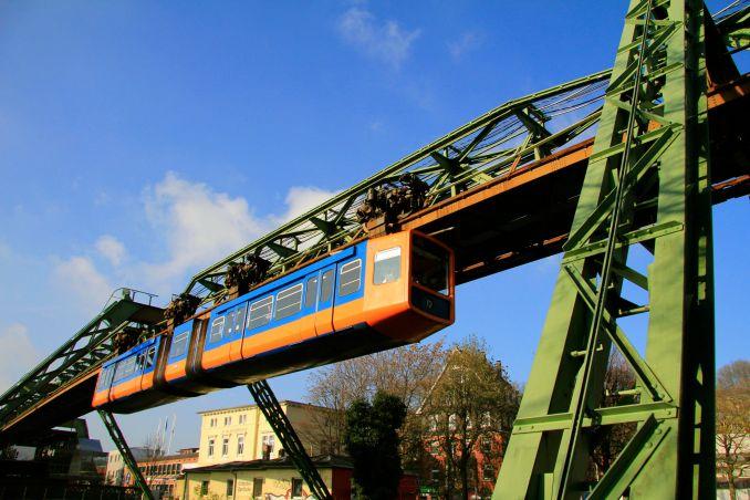 Monotrilho com 13,3 km junto ao rio Wuppertal (foto: Wuppertal, Stadtmarketing)