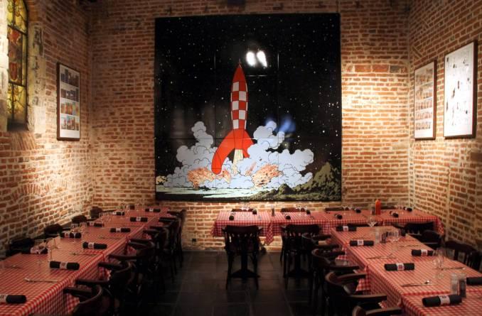 Vista de uma das salas do Comics Café, um bar/restaurante com decoração inspirada em personagens dos quadrinhos franceses e belgas, onde funciona uma das maiores livrarias de toda a Europa dedicada ao assunto (foto: Eduardo Vessoni)
