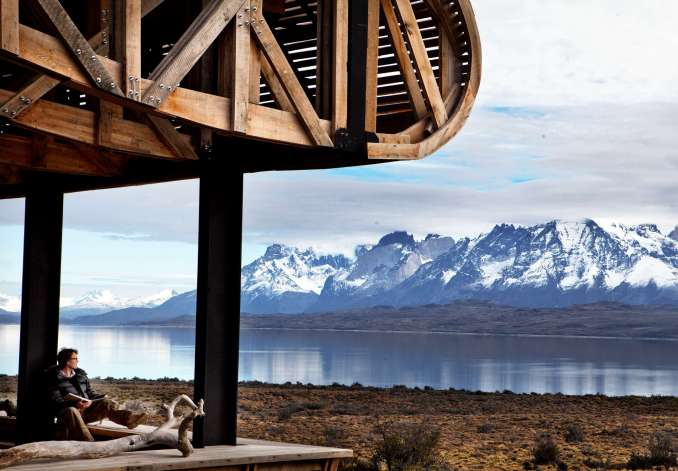 Vista do terraço do Tierra Patagonia, hotel com vistas para Torres del Paine (foto: Morten Andersen/Divulgação)