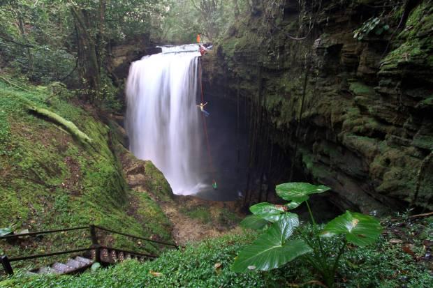 Rapel na Cachoeira do Funil, em Mambaí (foto: Ion David/Goiás Turismo)