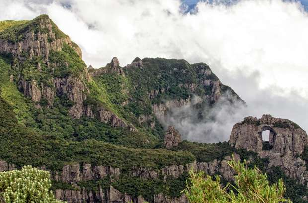 Morro da Igreja e Pedra Furada, na Serra Catarinense (foto: Otávio Nogueira/Flickr-Creative Commons)