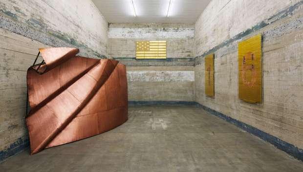 Obra de Danh Vo, em exposição em galeria de arte de Berlim que funciona dentro de um antigo bunker (foto: Noshe/Divulgação)
