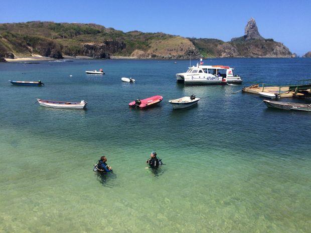 Aula em águas confinadas da praia do porto de Santo Antonio, em Fernando de Noronha (foto: Ismael Escote/Atlantis Divers)