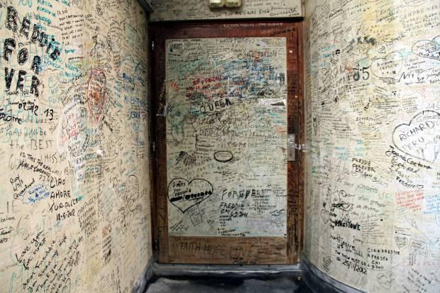Até hoje, fãs deixam mensagens nas paredes externas do antigo estúdio do Queen, na Suíça (foto: Eduardo Vessoni)