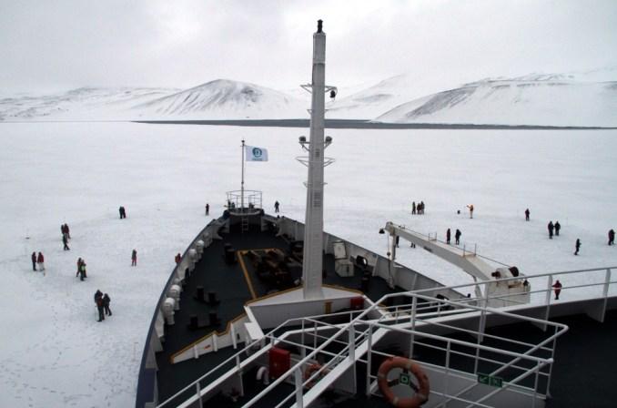 Desembarque no Interior do vulcão da Deception Island, na Península Antártica (foto: Eduardo Vessoni)