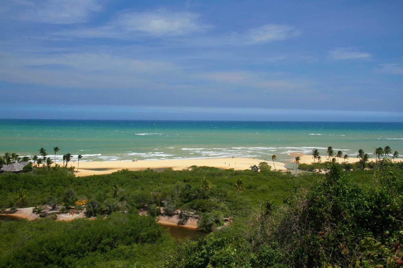 Vista da Praia dos Coqueiros, primeira parada do roteiro de bike, entre Trancoso e a Praia do Espelho, no litoral sul da Bahia (foto: Eduardo Vessoni)