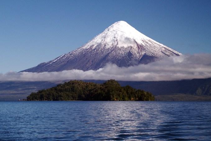 Vulcão Osorno, uma das atrações naturais da travessia dos Lagos Andinos, entre a Argentina e o Chile (foto: Eduardo Vessoni)
