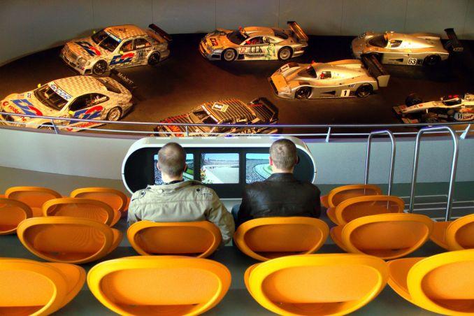 Vista da sala 'Flechas de Prata', espaço dedicado às corridas de carro em que o visitante se senta em uma arquibancada com seis monitores com registros de competições históricas (foto: Eduardo Vessoni)