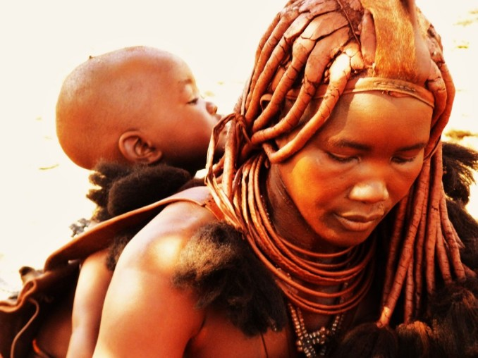 Encontrados na região desértica do noroeste da Namíbia e no sul da Angola, os Himba são conhecidos pela tradição de passar na pele e no cabelo uma mistura de ocre vermelho, gordura e resina aromática como forma de proteger a pele contra o sol forte e o clima seco do deserto, na Namíbia (foto: David Siu/Flickr – Creative Commons)
