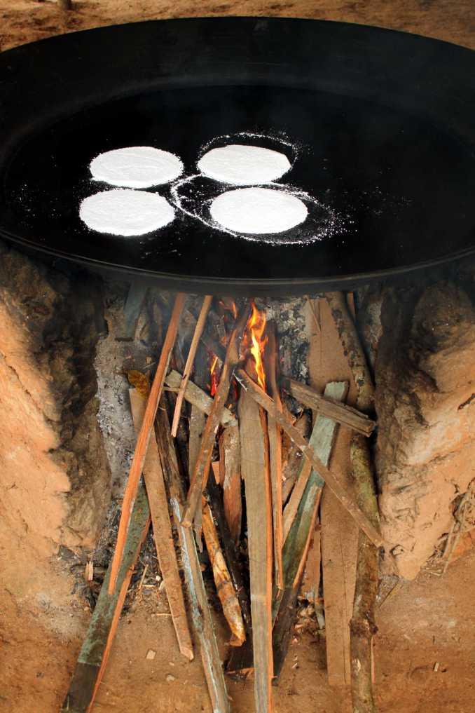 Tapioca feita em comunidade ribeirinha de Acajatuba, no Amazonas (foto: Eduardo Vessoni)