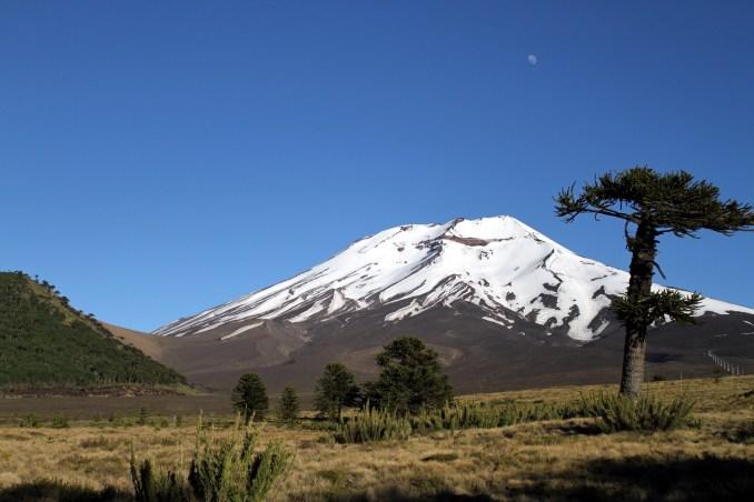 Vulcão Corralco, visto da área externa do Corralco Resort de Montaña, no sul do Chile (foto: Eduardo Vessoni)