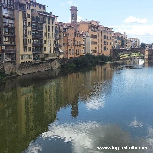 Florença e Galleria degli Uffizi. Imagem do Rio Arno