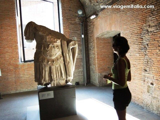 Uma das esculturas romanas que compõem o acervo do museu do Mercado de Trajano