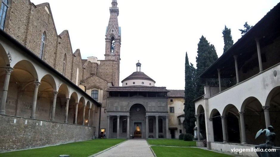 Basílica de Santa Cruz, Florença, pátio externo