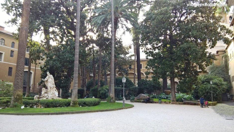 Turismo responsável em Roma. Jardim interno de Palácio Veneza