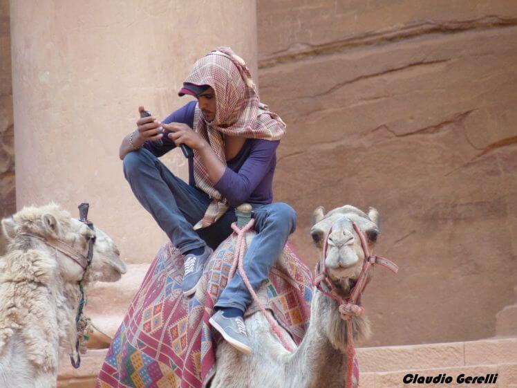 Beduino tecnologico a Petra, sul suo cammello