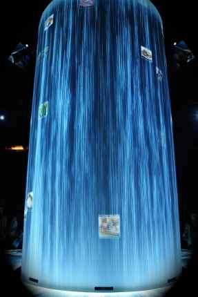 Giappone - al centro della sala notiamo una cascata virtuale