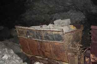 I carrelli venivano riempiti da enormi massi di minerali e venivano frantumati direttamente sottoterra