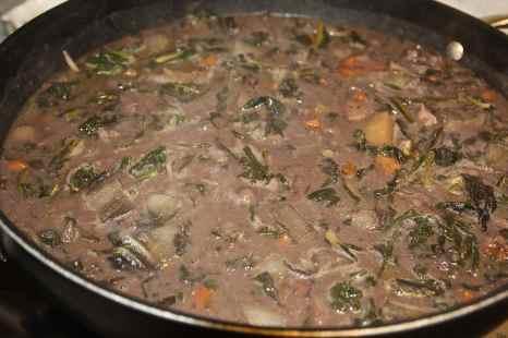 insaporire le verdure lentamente aggiungendo almeno 5 mestoli di acqua di cottura dei fagioli