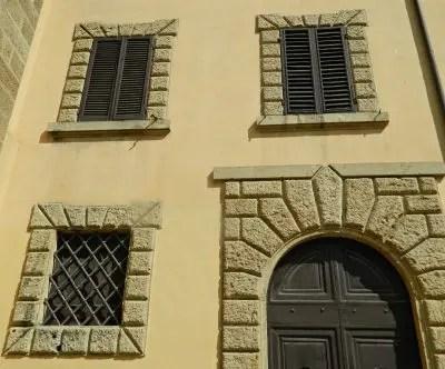 Facciata di un palazzo di Bolgheri.