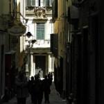 cose da fare assolutamente a genova: Vicolo per arrivare a Les Rouges e facciata del Palazzo, Genova