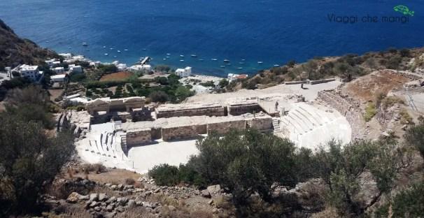 Anfiteatro di Milos dall'alto.