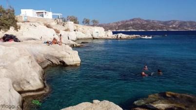 la spiaggia e gli scogli di Karas beach, a Kimolos.