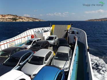 Le macchine sul traghetto Milos - Kimolos.