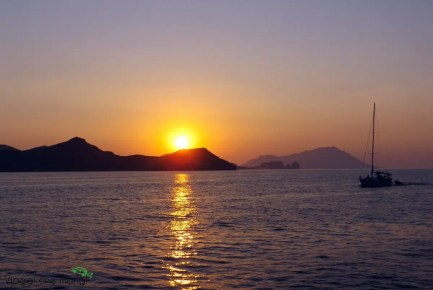 Tramonto dal catamarano, Milos