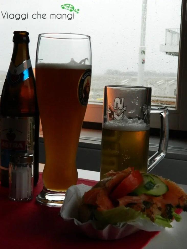 bere una birra a Blankenese, Amburgo