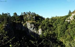 paesaggio carsico fuori dalle grotte di san canziano: le grotte magiche della Slovenia