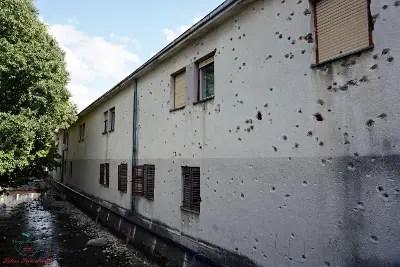 Segni di proiettili sulle case di Mostar.