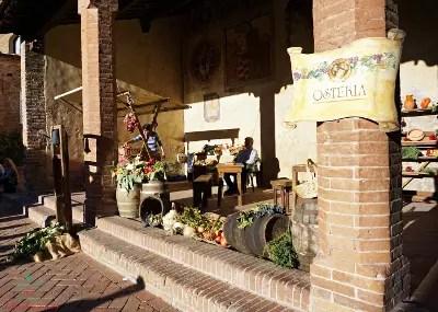 Loggia esterna al Palazzo Pretorio di Certaldo in occasione di Boccaccesca.