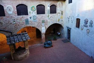 cortile interno del palazzo pretorio di certaldo.