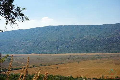 Paesaggio bosniaco dall'auto.
