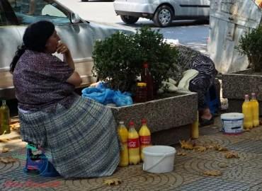 Donna al mercato di Scutari, una delle città da visitare in albania
