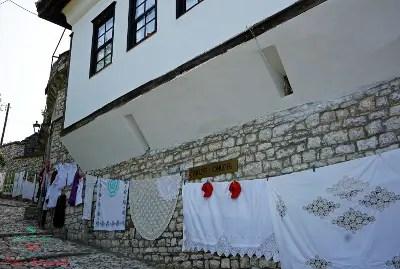 berat: scorcio tipico di una delle città da visitare in albania