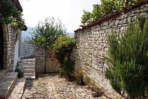 berat scorcio di un vicolo della bella città da visitare in albania