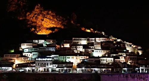 berati di notte, una delle più belle città da visitare in albania.