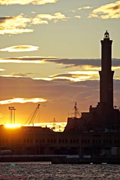 lanterna di genova tramonto porto antico