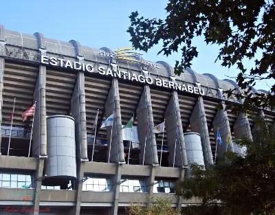 Lo stadio santiago bernabeu a madrid.