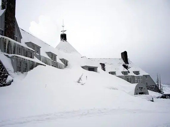 film da guardare in inverno da https://commons.wikimedia.org/wiki/File:Timberlinelodge_front_winter.jpeg