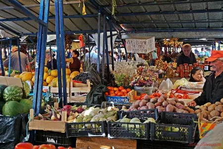 cosa fare sul lago di ohrid: comprare frutta al mercato di ohrid