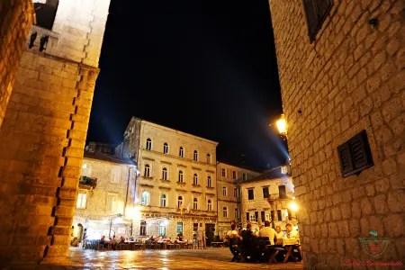 cosa vedere a kotor di sera: la piazza principale con i ristoranti.
